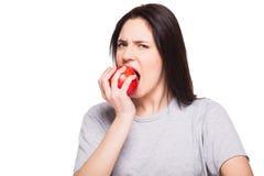 Ung kvinna som äter äpplet på vit bakgrund royaltyfri fotografi