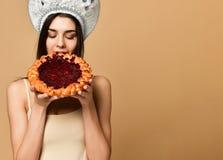 Ung kvinna som äter den öppna pajen med en stoppning arkivfoton