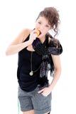 Ung kvinna som äter en aplle Arkivfoto