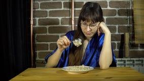 Ung kvinna som äter havremjölhavregröt stock video