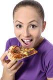 Ung kvinna som äter pizza Royaltyfria Foton