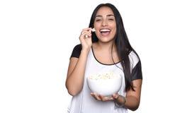 Ung kvinna som äter popcorn Royaltyfria Foton