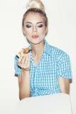 Ung kvinna som äter stycket av pizza Royaltyfri Bild