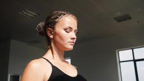 Ung kvinna som övar, för sträckning och för utbildning squatting utomhus Sunt kondition, wellnesslivsstil Sport som är cardio stock video