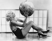 Ung kvinna som övar med en stor boll (alla visade personer inte är längre uppehälle, och inget gods finns Leverantörgarantier det Arkivbild