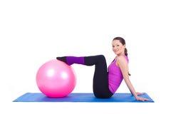 Ung kvinna som övar med passa-bollen Royaltyfri Foto
