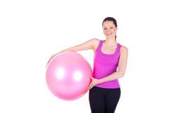 Ung kvinna som övar med passa-bollen Royaltyfri Fotografi