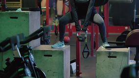 Ung kvinna som övar på idrottshallen lager videofilmer