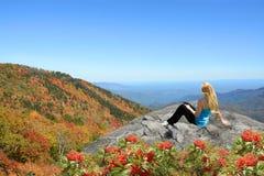 Ung kvinna som överst tycker om tid av berget Arkivfoto