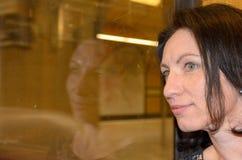 Ung kvinna som angeläget väntar Royaltyfria Bilder