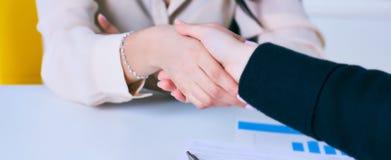 Ung kvinna som ankommer för en jobbintervju Handskakning för affärsfolk i modernt kontor arkivfoton