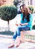 Ung kvinna som använder minnestavlan Arkivfoton