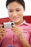 Ung kvinna som använder mobil Royaltyfri Fotografi
