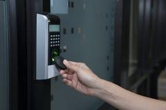 Ung kvinna som använder RFID-etikettstangent för att öppna dörren royaltyfri foto