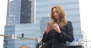 Ung kvinna som använder smartphonen lager videofilmer