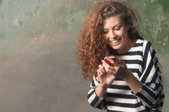 Ung kvinna som använder smartphonen Arkivfoton