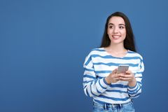 Ung kvinna som använder telefonen arkivfoton