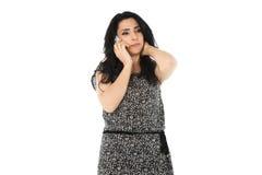 Ung kvinna som använder telefonen Fotografering för Bildbyråer