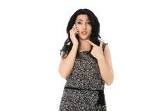 Ung kvinna som använder telefonen Arkivbild