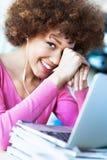 Ung kvinna som använder bärbara datorn på kafét Royaltyfri Foto