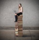 Ung kvinna som använder hennes bärbar dator Arkivbilder