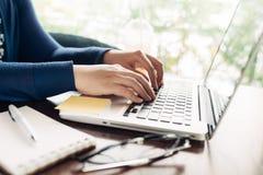 Ung kvinna som arbetar det hemmastadda lilla kontoret Arkivfoton