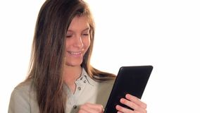 Ung kvinna som arbetar på hennes minnestavladator stock video