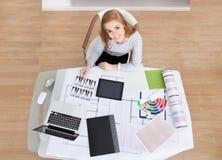 Ung kvinna som arbetar på kontorsskrivbordet royaltyfri bild