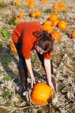 Ung kvinna som arbetar på pumpafält Royaltyfria Bilder