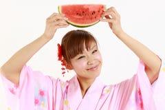 Ung kvinna som bär den japanska kimonot med vattenmelon Arkivbilder