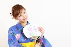 Ung kvinna som bär den japanska kimonot med vattenmelon Royaltyfri Bild