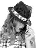 Ung kvinna som bär en svart Tilbury Straw Hat Royaltyfri Bild