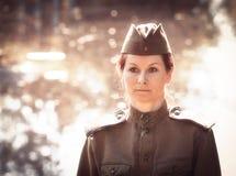 Ung kvinna som bär formen för röd armé Royaltyfri Bild