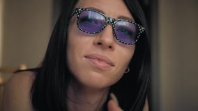 Ung kvinna som bär upp roliga exponeringsglas, slut livsstil lager videofilmer