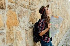 Ung kvinna som bara reser arkivfoto