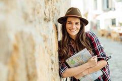 Ung kvinna som bara reser royaltyfri bild