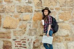 Ung kvinna som bara reser royaltyfria bilder