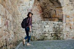 Ung kvinna som bara reser royaltyfria foton