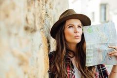 Ung kvinna som bara reser arkivbilder