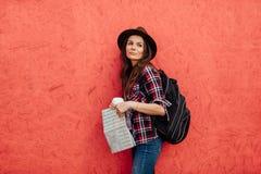 Ung kvinna som bara reser royaltyfri fotografi