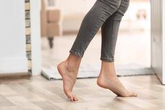 Ung kvinna som barfota hemma går, closeup royaltyfri fotografi