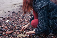 Ung kvinna som beachcombing i stad Royaltyfri Bild