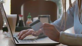 Ung kvinna som betalar räkningen, online- somshopping sätter in kreditkortnummer Attraktiv kvinna som betalar för online-shopping stock video