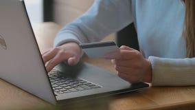 Ung kvinna som betalar r?kningen, online- somshopping s?tter in kreditkortnummer Attraktiv kvinna som betalar f?r online-shopping stock video