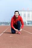 Ung kvinna som binder sportskon Royaltyfri Bild