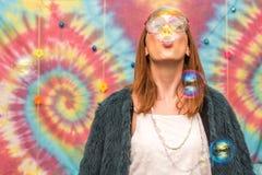 Ung kvinna som blåser bubblan royaltyfria bilder