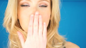Ung kvinna som blåser en kyss lager videofilmer