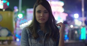Ung kvinna som dagdrömmer på en funfair lager videofilmer