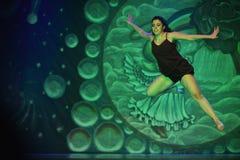Ung kvinna som dansar modern dans Arkivfoton