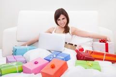 Ung kvinna som direktanslutet shoppar arkivfoton